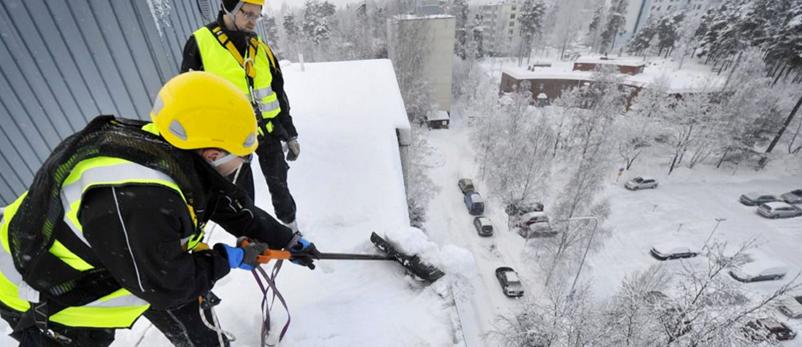 Уборка снега с крыш в Казани